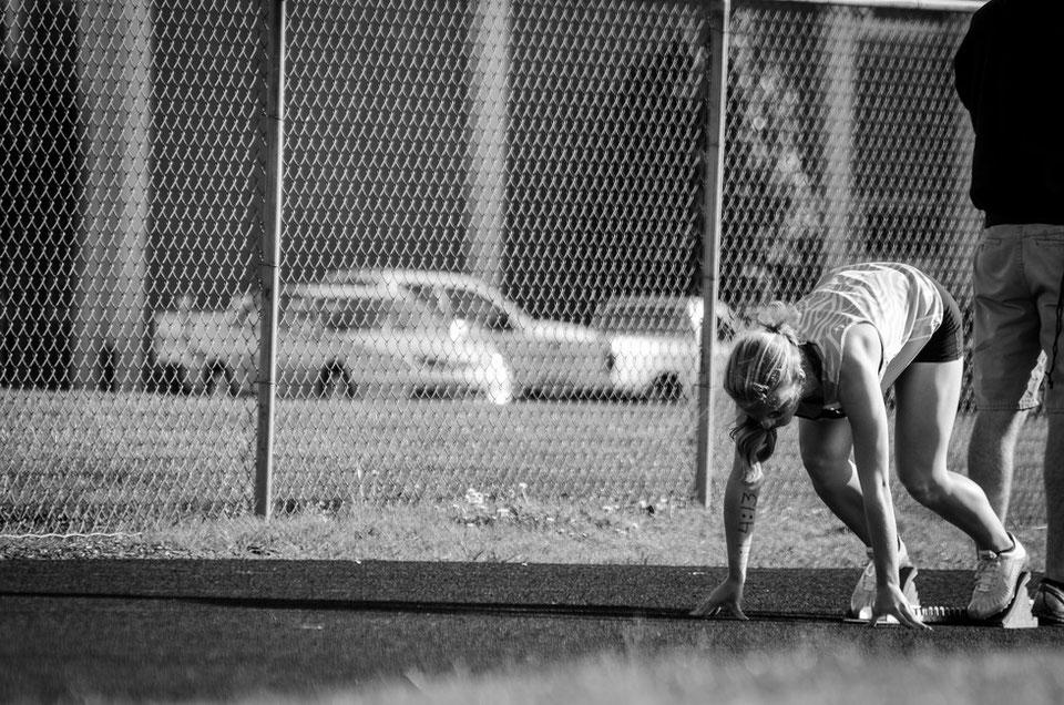 Athletin bereit für den Sprint auf Rennstrecke dank Betreuung und Leistungsoptimierung durch einen Sportpsychologen
